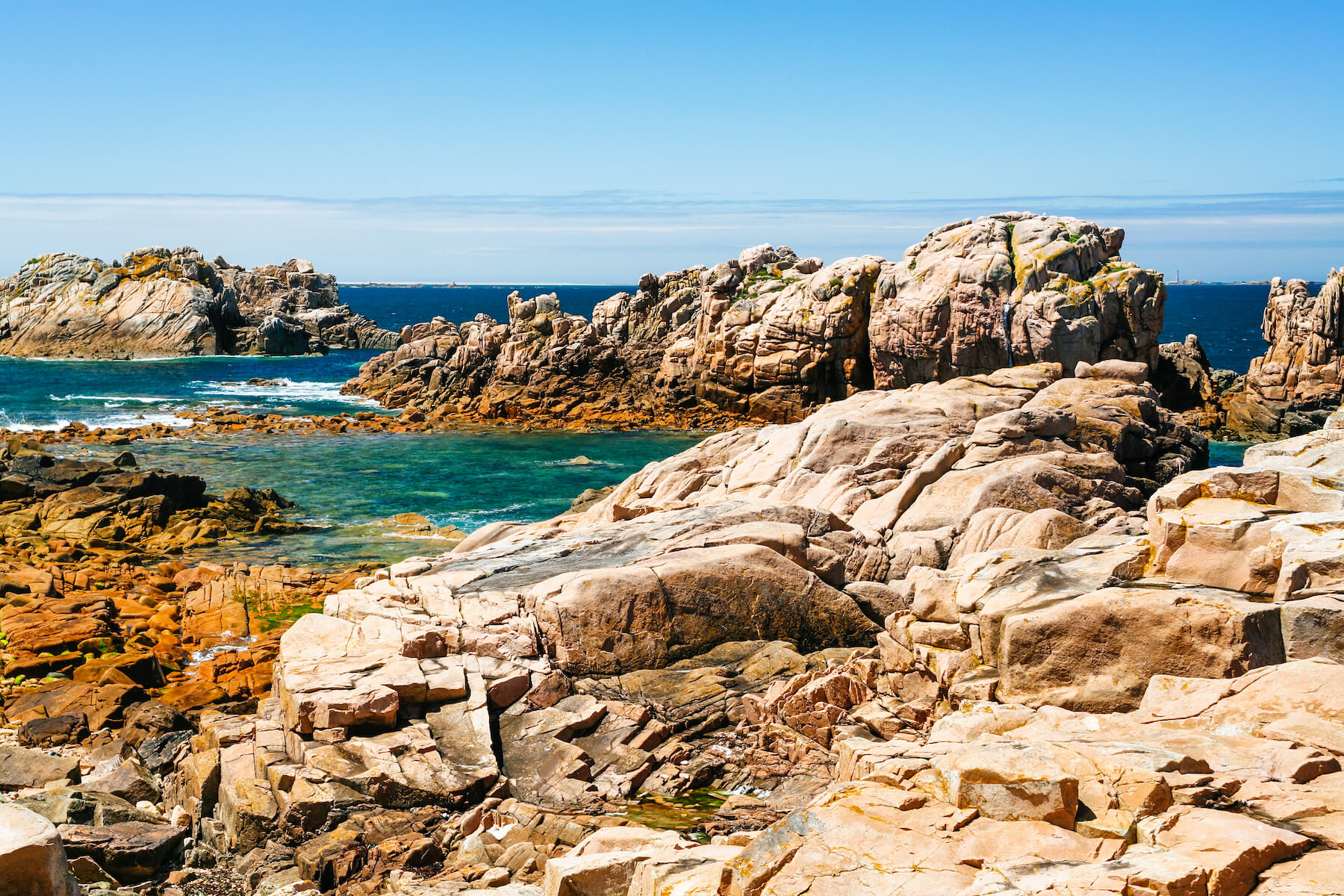 rocky-coasline-of-ile-de-brehat-island-PDDMK9L